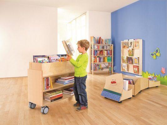 de kleintjes zijn blij met de open boekenkasten op wielen want daar liggen hun prentenboeken altijd binnen handbereik en op een voor hen passende hoogte