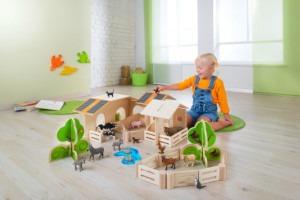 Spelen met houten speelgoed op kinderdagverblijf.