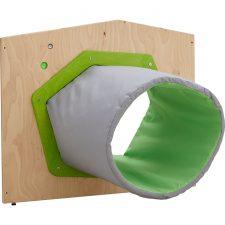 Houten scheidingswand met een stoffen tunnel waar kinderen doorheen kunnen kruipen.